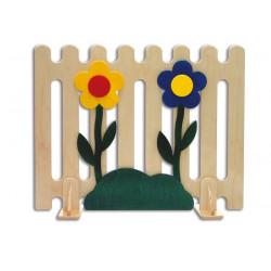 Staccionata in legno con fiori e erba.